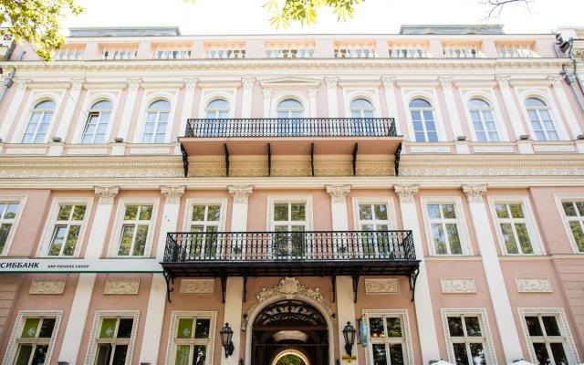 Гостиница De Versal вид на фасад
