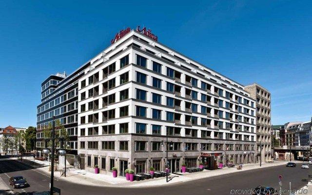 Отель Adina Apartment Hotel Berlin Hackescher Markt Германия, Берлин - 2 отзыва об отеле, цены и фото номеров - забронировать отель Adina Apartment Hotel Berlin Hackescher Markt онлайн вид на фасад
