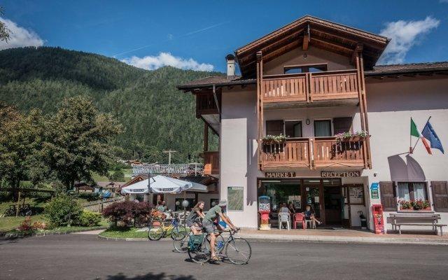 Отель Val Rendena Village Пинцоло вид на фасад