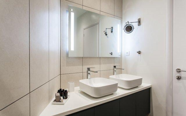 Отель UPSTREET Charming & Comfy 2BD Apt-Acropolis Афины ванная