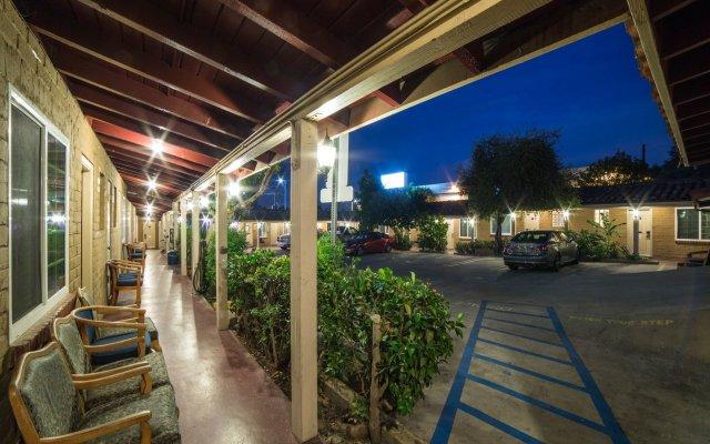 Апартаменты El Patio Inn Studio City Лос-Анджелес вид на фасад
