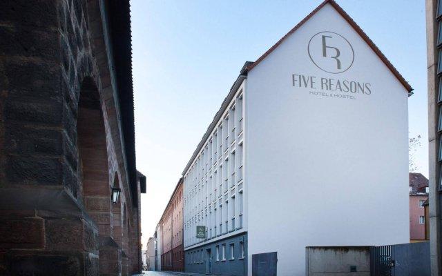 Five Reasons Hotel & Hostel вид на фасад
