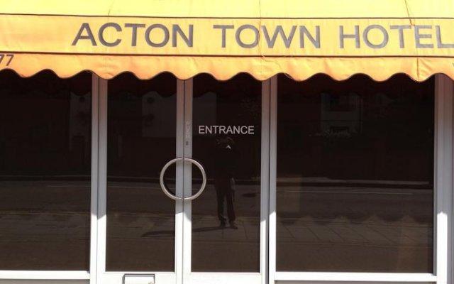 Acton Town Hotel вид на фасад