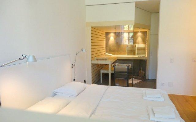 Отель AirHosted - Zurich Vacation Home Rentals комната для гостей