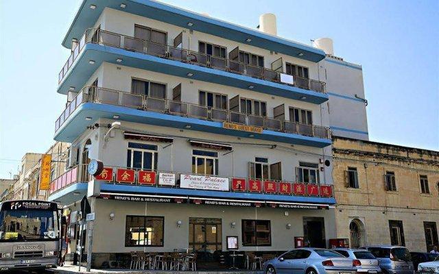 Отель Reno's Restaurant & Guesthouse вид на фасад