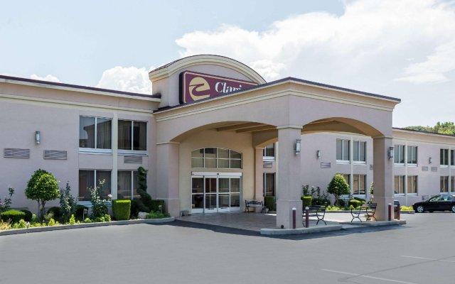 Отель Clarion Inn and Summit Center вид на фасад