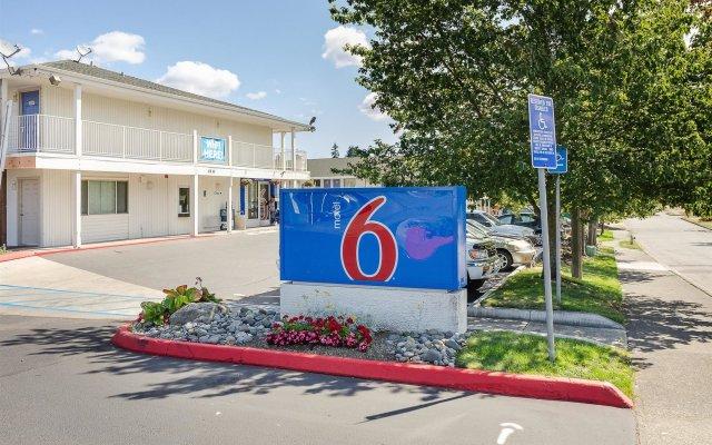 Отель Motel 6 Tacoma, WA - South США, Такома - отзывы, цены и фото номеров - забронировать отель Motel 6 Tacoma, WA - South онлайн вид на фасад