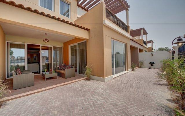 Отель J5 Villas Holiday Homes - Barsha Gardens вид на фасад