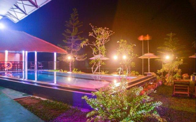 J.H.Hotel бассейн