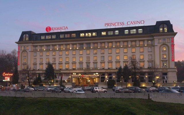 Отель Рамада Пловдив Тримонциум вид на фасад