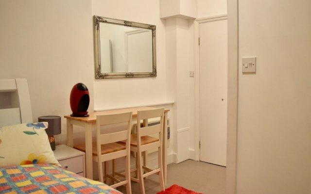 Апартаменты Bright Studio Flat in Knightsbridge Лондон комната для гостей