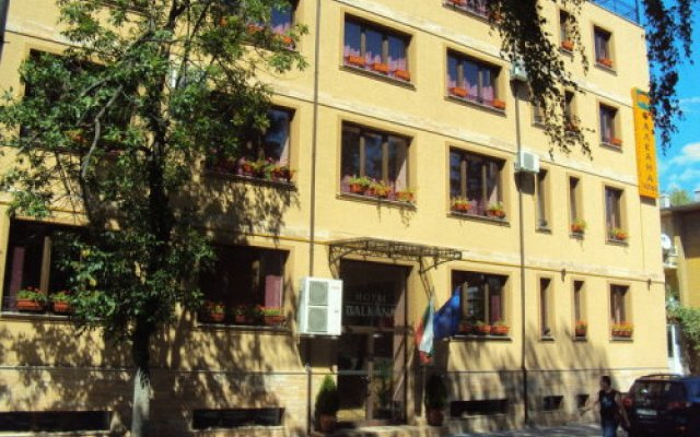 Отель Family Hotel Balkana Болгария, Боженци - отзывы, цены и фото номеров - забронировать отель Family Hotel Balkana онлайн вид на фасад