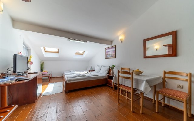 Отель SMS Apartments Черногория, Будва - отзывы, цены и фото номеров - забронировать отель SMS Apartments онлайн комната для гостей