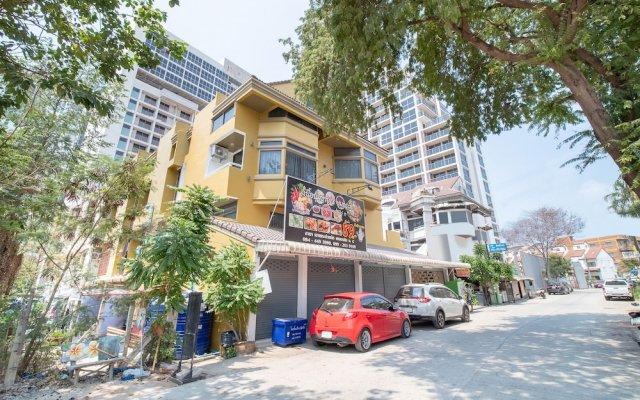 Апартаменты OYO 648 Ake Apartment Паттайя парковка