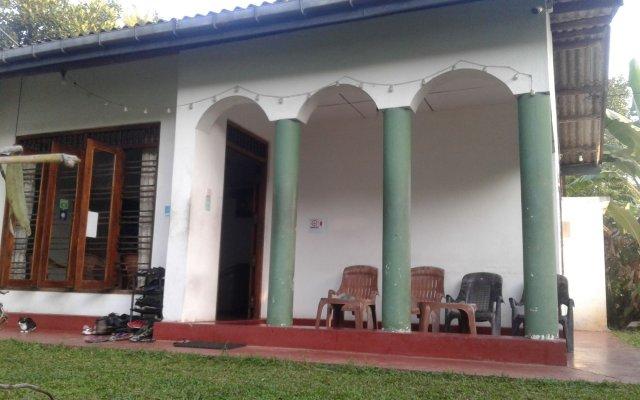 Отель Hikka Train Hostel Шри-Ланка, Хиккадува - отзывы, цены и фото номеров - забронировать отель Hikka Train Hostel онлайн вид на фасад