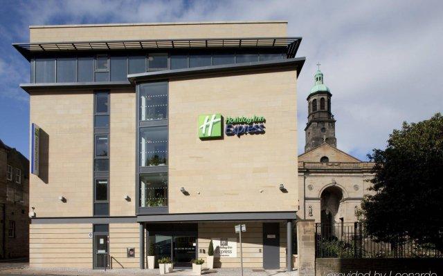 Отель Holiday Inn Express Edinburgh Royal Mile Великобритания, Эдинбург - 1 отзыв об отеле, цены и фото номеров - забронировать отель Holiday Inn Express Edinburgh Royal Mile онлайн вид на фасад