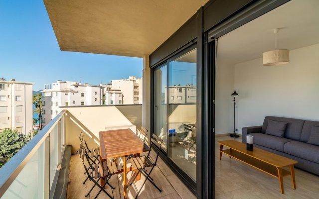 Cozy Studio with Balcony, AC and Parking 1