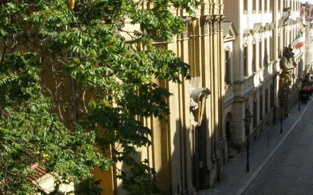 Отель Little Quarter Hostel Чехия, Прага - 11 отзывов об отеле, цены и фото номеров - забронировать отель Little Quarter Hostel онлайн вид на фасад