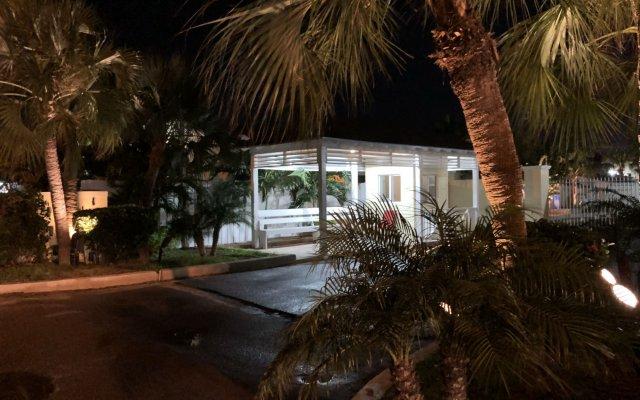The Colony Club Inn & Suites 0
