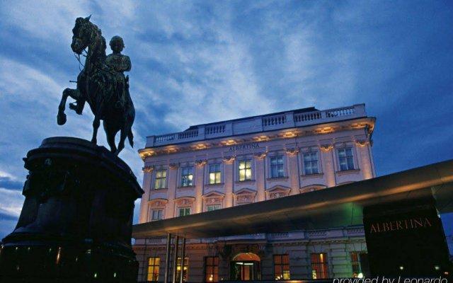 Отель Opera Suites вид на фасад