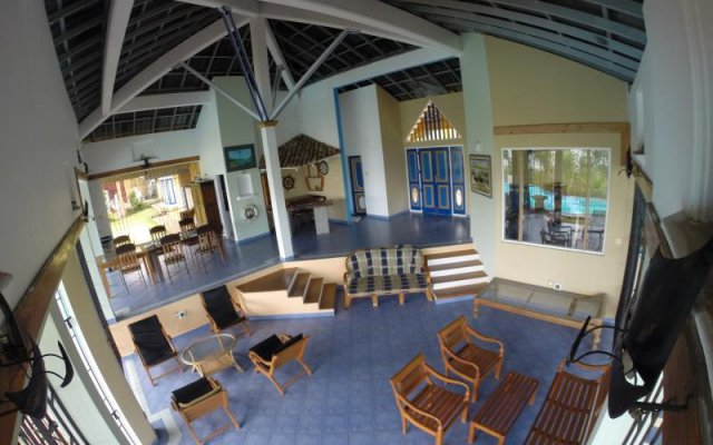 Отель Whispering Waters Lodge фитнесс-зал