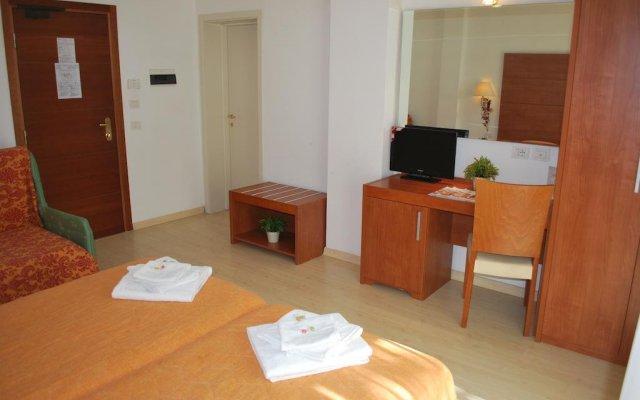 Hotel Villa Del Parco Римини комната для гостей