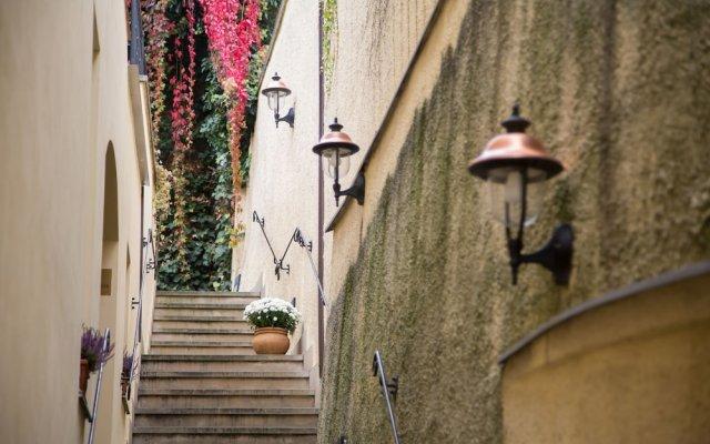 Отель Бутик-отель The Golden Wheel Чехия, Прага - отзывы, цены и фото номеров - забронировать отель Бутик-отель The Golden Wheel онлайн вид на фасад