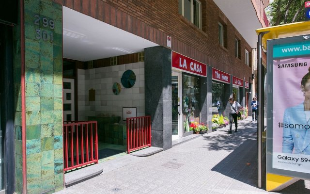 Отель Spacious & Quiet 4 Bedroom Apartment Испания, Барселона - отзывы, цены и фото номеров - забронировать отель Spacious & Quiet 4 Bedroom Apartment онлайн вид на фасад