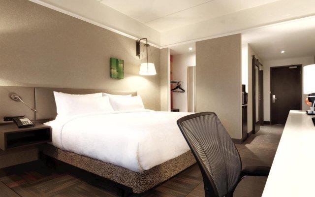 Отель Hilton Garden Inn Calgary Downtown комната для гостей