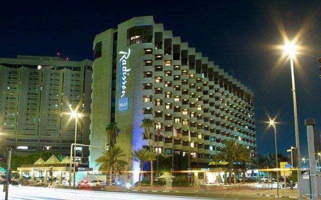 Отель Radisson Blu Hotel, Dubai Deira Creek ОАЭ, Дубай - 3 отзыва об отеле, цены и фото номеров - забронировать отель Radisson Blu Hotel, Dubai Deira Creek онлайн вид на фасад