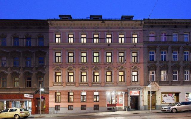 Hotel Lucia вид на фасад
