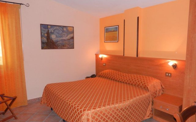 Hotel Piscina La Suite Фонди комната для гостей