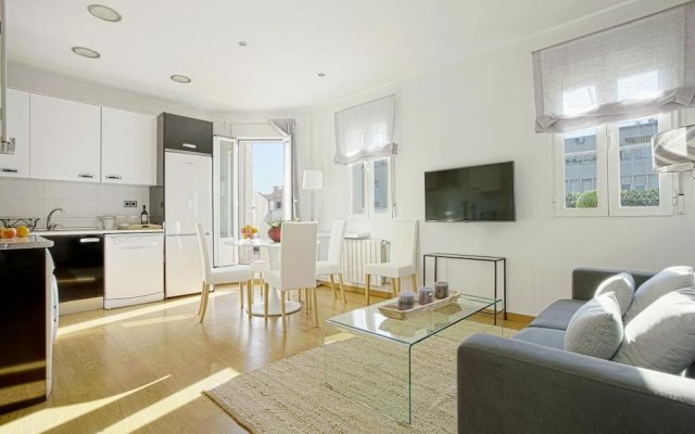 Beautifuly Decorated 2 Bd Apart With Private Terrace. Reina Sofia Terrace