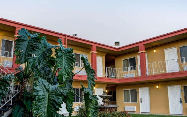 Отель Rodeway Inn Culver City вид на фасад