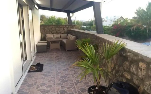 Apartment With one Bedroom in Les Trois Bassins, With Wonderful Mountain View, Enclosed Garden and Wifi - 100 m From the Beach