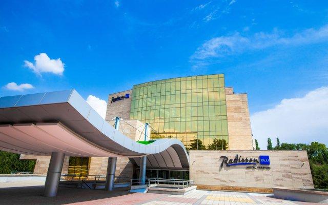 Отель Radisson Blu Hotel, Yerevan Армения, Ереван - 3 отзыва об отеле, цены и фото номеров - забронировать отель Radisson Blu Hotel, Yerevan онлайн вид на фасад