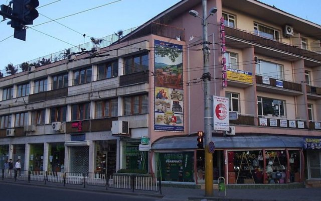 Roza Hotel Казанлак вид на фасад