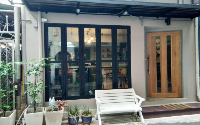 The Chatbox Silom Hostel Бангкок вид на фасад