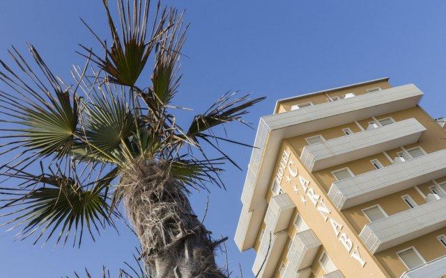 Отель CARNABY Римини вид на фасад