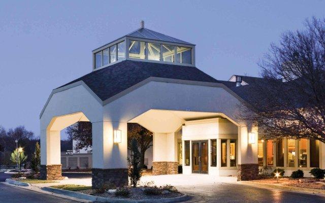 Отель Quality Inn & Suites Albuquerque Downtown - University вид на фасад