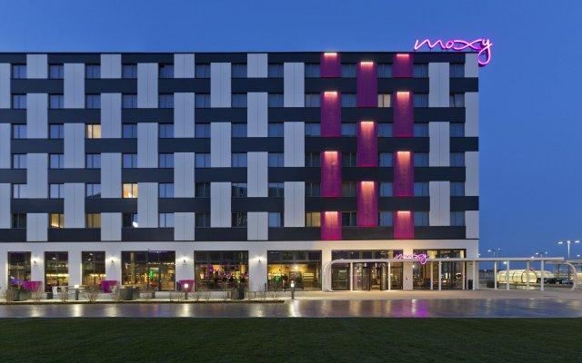 Отель Moxy Vienna Airport Австрия, Швехат - 6 отзывов об отеле, цены и фото номеров - забронировать отель Moxy Vienna Airport онлайн вид на фасад
