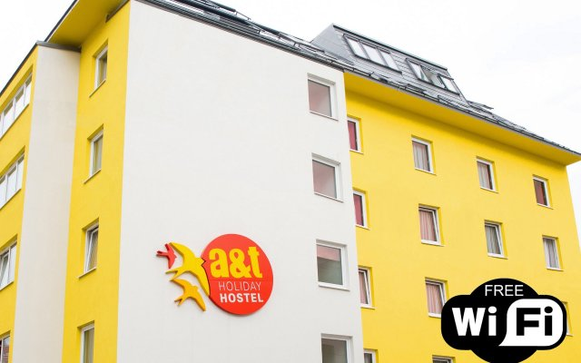 a&t Holiday Hostel вид на фасад