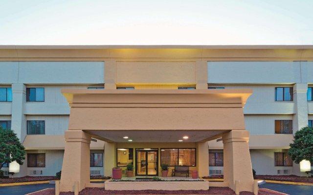 Отель La Quinta Inn & Suites Meridian вид на фасад
