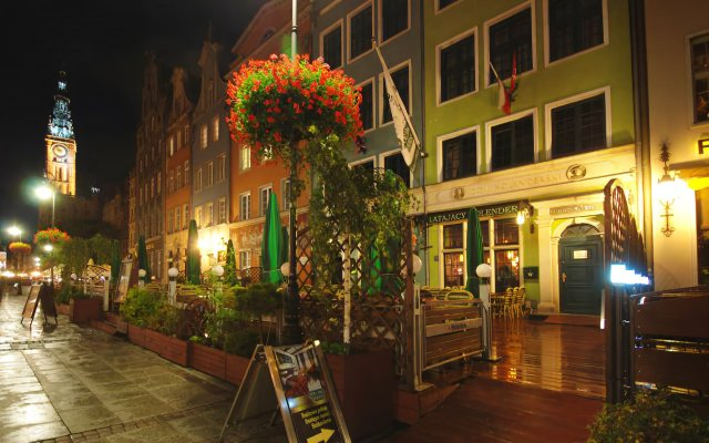 Отель Holland House Residence Old Town вид на фасад