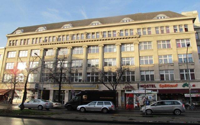 Отель Metropol Hostel Berlin Германия, Берлин - 12 отзывов об отеле, цены и фото номеров - забронировать отель Metropol Hostel Berlin онлайн вид на фасад