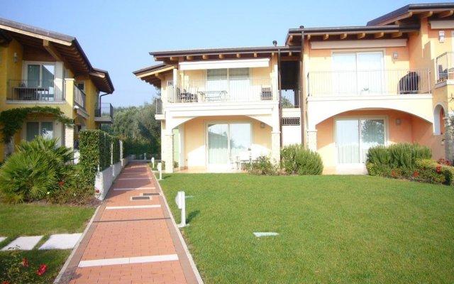 Отель Montecolo Resort Манерба-дель-Гарда вид на фасад