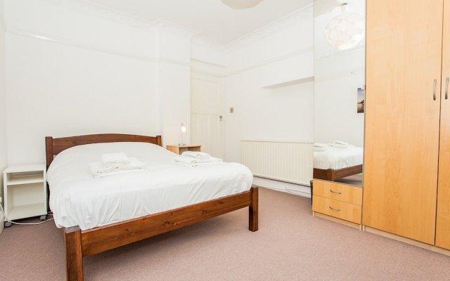 Отель Spacious 2 Bedroom Flat in North West London комната для гостей