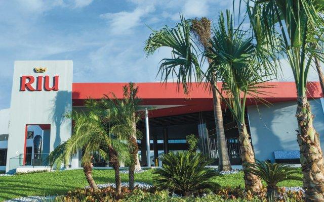 Отель Riu Playacar Плая-дель-Кармен вид на фасад