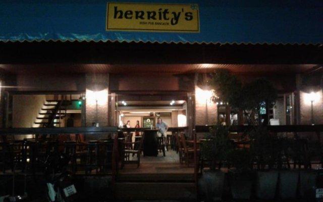 My Hotel Herrity Бангкок вид на фасад