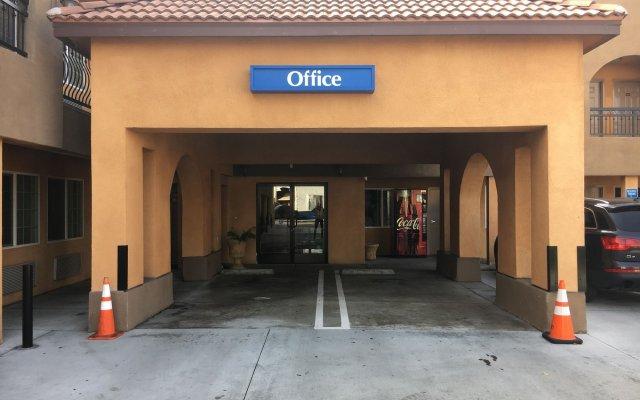 Отель Americas Best Value Inn-South Gate Downey США, Южные ворота - отзывы, цены и фото номеров - забронировать отель Americas Best Value Inn-South Gate Downey онлайн вид на фасад
